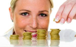Eine Frau stapelt Münzen