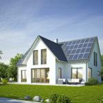 Ein weißes Haus mit Garten und Photovoltaik-Anlage auf dem Dach