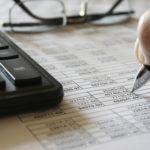 Taschenrechner, Zahlen in Tabellen und ein Notizstift