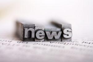 Makroaufnahme des Wortes News, das auf Setzbuchstaben gebildet wird