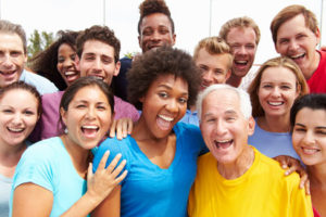 Viele lachende Menschen unterschiedlichen Alters und Herkunft