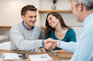 Ein glückliches Paar bedankt sich bei einem Berater