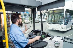 Ein Busfahrer grüßt einen entgegenkommenden Bus