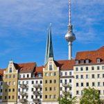 Häuserzeile vor Berliner Fernsehturm