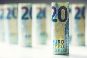 Eine aufgerollte und aufgestellte Zwanzig Euro Geldscheine