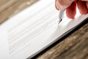 Die Feder eines Füllers kurz vor der Vertragsunterschrift