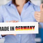 """Eine Frau halt vor sich ein Schild auf dem steht """"Made in Germany"""""""