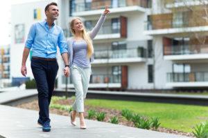 Paar schaut sich die Fassaden von Mietswohnungen an