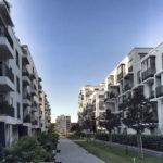 Realisierte Neubau-Wohnanlage mit Balkonen und Grünflächen