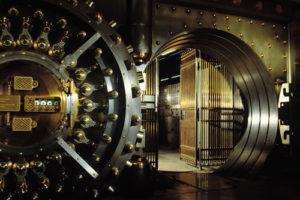 Geöffnete Panzertür zum Tresorraum einer Bank